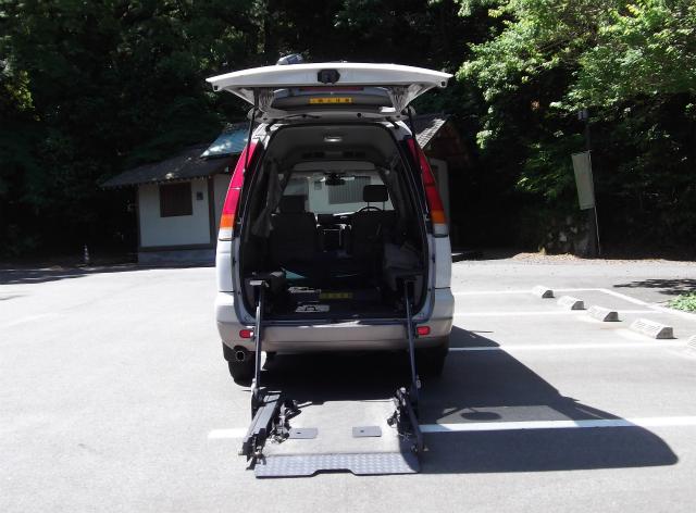 介護タクシー(車いす対応)の後ろから