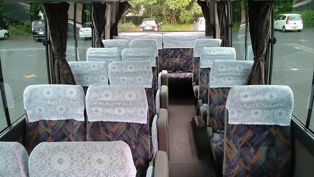 送迎用マイクロバスの車内