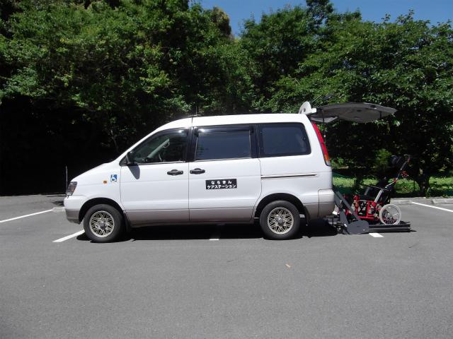 介護タクシー(車いす対応)の側面